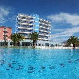 Grande piscina esterna al Ai Pozzi Village