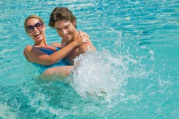 Coppia in piscina al Grande Baia Resort