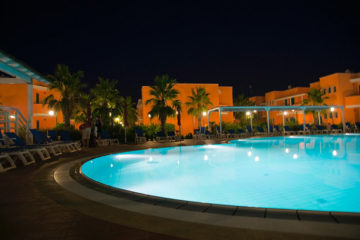 Piscina in notturna al Baiamalva Resort