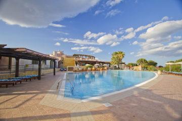 La piscina esterna al Borgo di Porto Corallo
